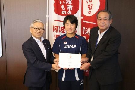 第23回夏季デフリンピックで5位入賞を果たした陸上競技部 村尾茉優選手(生活4)が阿波市長を表敬訪問しました。