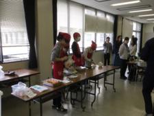 食物栄養専攻の学生グループ「食栄ふぁくとりー」が考案した介護食の試食会が開催されました