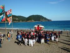 経営情報学部の学生が「とくしま農山漁村(ふるさと)応援し隊」として日和佐秋祭りに参加しました