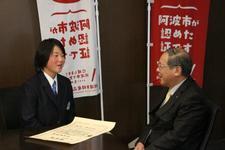 陸上競技部の村尾茉優選手が阿波市長を表敬訪問しました
