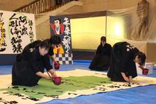 書道文化学科の学生が徳島県議会議事堂で書道パフォーマンスを行いました
