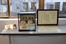 第2回「とくしま学生ビジネスプラン道場」最終審査のトロフィーと表彰状を展示しています