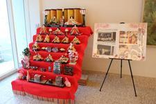 阿波勝浦井戸端塾提供のひな飾りを学内に展示しています