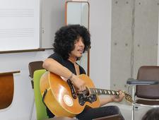 ギタリストで音楽プロデューサーの佐藤タイジ特認教授が特別授業を行いました