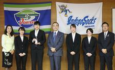 「大学生等との意見交換会」の政策提案で最優秀賞を受賞したことについて、ビジネス・コミュニケーション科の学生が飯泉知事に報告しました
