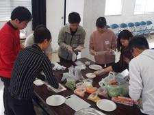 留学生と日本人学生が「ご当地料理交流会」を実施しました