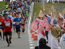 本学の学生が「とくしまマラソン2019」の給水ボランティアや沿道応援に参加しました