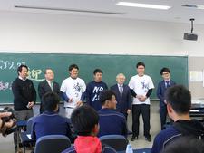 徳島インディゴソックスの選手が藍墨の書道体験を行いました