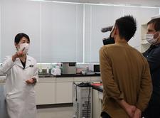 管理栄養士養成課程の近藤教授が藍に関する取組についてフランスのテレビ局(TF1)から取材を受けました