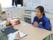 女子ラグビー部と陸上競技部の選手が徳島経済新聞の取材を受けました
