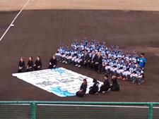 徳島インディゴソックスホーム開幕戦で本学学生が書道パフォーマンスと公式グッズデザインを披露しました