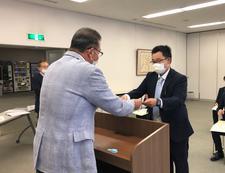 人間生活科学研究科の院生が「徳島新聞生命科学分野支援金」を贈呈されました