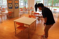 四国大学父母会のご厚意により食堂のテーブル・椅子のコーティングが行われました