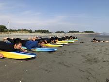 本学のサーフィン部が高校生にサーフィン体験会を行いました